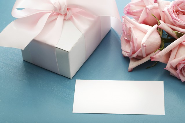 Blank message card with gift box and pink roses